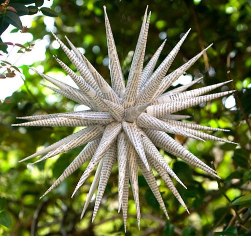 Estrela multi-pontas feita com papel reciclado de revistas