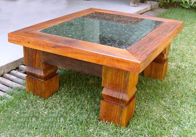 Mesa feita com madeira reciclada