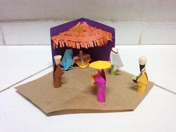 Presépio montado numa caixa com figuras em origami