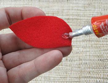 Aplique uma gota de cola universal de artesanato