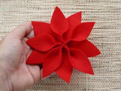 Aqui temos a flor do natal com as pétalas coladas
