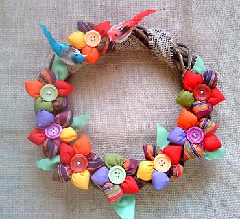 Guirlanda com flores de fuxico recheadas