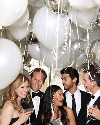 Balões com gás em tons de branco e prata dão o clima da festa de ano novo