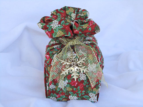 Panetone embalado para presente usando a técnica do furoshiki