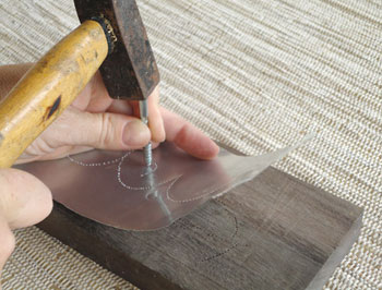 Perfure o desenho usando martelo e um prego ou parafuso