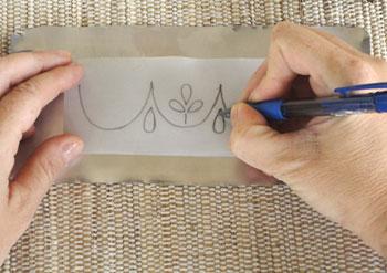 Marque os desenhos na latinha usando uma caneta