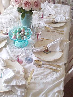 Os românticos podem abusar das rendas e flores na arrumação da mesa