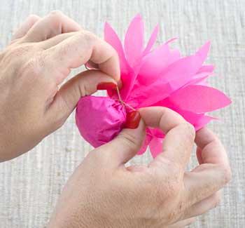 Amarre o doce formando a base da flor