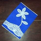 Capa para estudante com aplicação de flor em renda renascença
