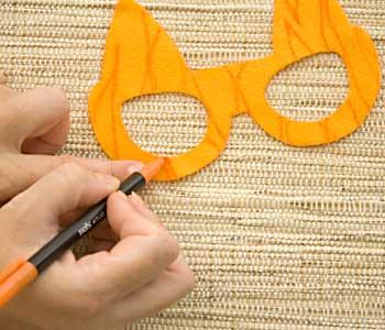 Desenhe manchas de tigre no feltro