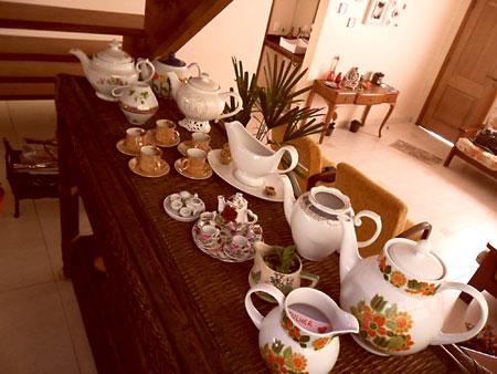 Coleção de porcelanas expostas sobre aparador