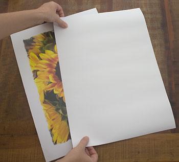 Recorte um papel liso no mesmo tamanho da sua gravura
