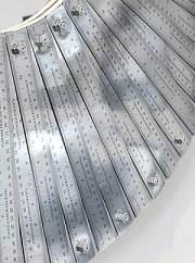 Réguas de metal formam moldura de espelho