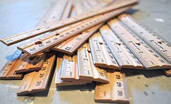 Muitas réguas de madeira furadas dos dois lados