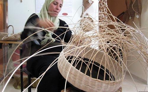 Artesã de cestaria na Galiléia trançando um vaso