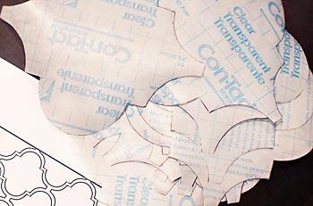 Corte os moldes no papel con-tact
