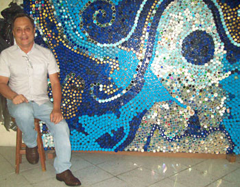 Painel de parede montado a partir de tampinhas de garrafas