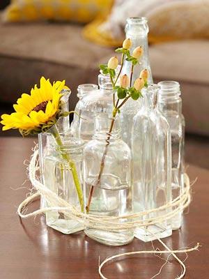 Vidros e garrafas transparentes amarradas com sisal