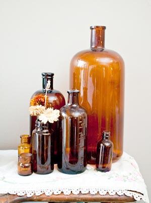 Vidros antigos de remédios usados como arranjo de decoração