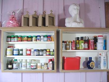 Atelier organizado com prateleira de gavetas
