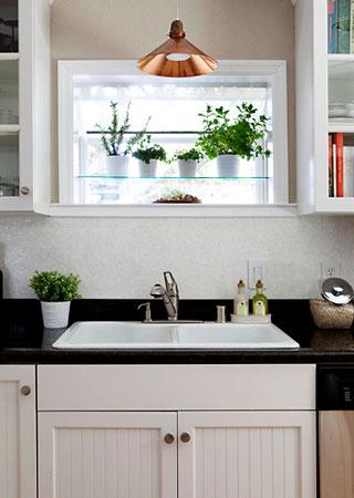 Prateleiras de vidro no nicho da janela são uma forma clean de apoiar os vasos de temepros