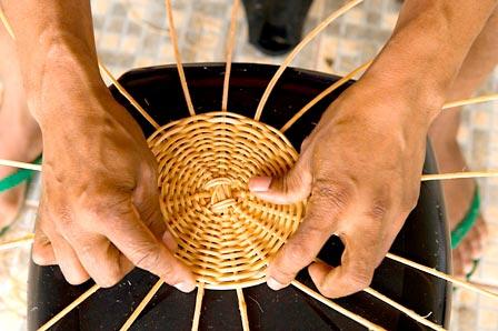 Artesão trabalhando no trançado do vime. Foto: Artesol