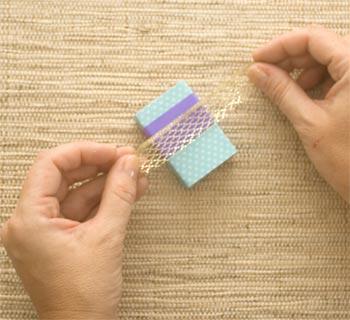 Corte uma tira de fita decorativa dourada
