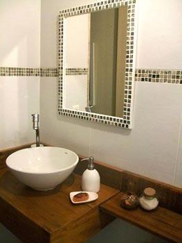 Lavabo com madeira de demolição e espelho de mosaico