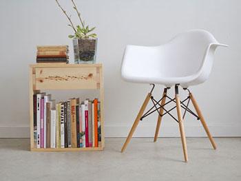 Mesa lateral montada com tábuas de madeira