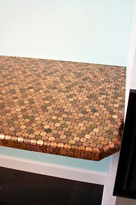 Tampo de mesa de canto decorado com moedas