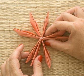 Abra a base das pétalas dobrando em torno do centro
