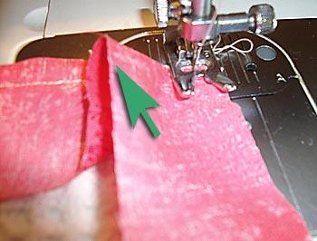Observe como dobrar o viés na quina do tecido