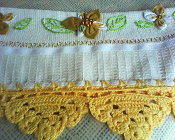 Barrado de toalha em tradicional ponto de crochê