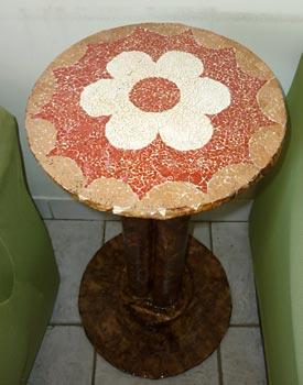 Tudo reciclagem nessa mesinha decorada com mosaico