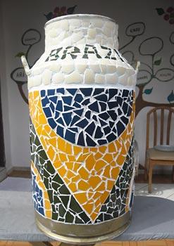 Reciclagem de casca de ovos em mosaico sobre objeto