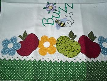 Maçãs e abelinhas em patch apliqué na toalha