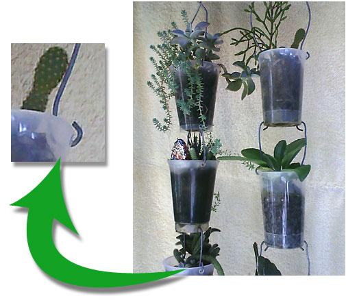 Vasos montados num encaixe de arames em copos de requeijão