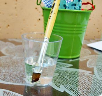 Prepare o pincel com um copo de água