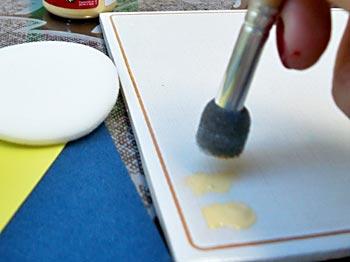 Use o batedor de estencil para pintar o EVA