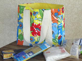 Faça compras com essa sacola retornável em estampa de chita