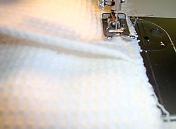 Sobreponha partes da almofada e costure