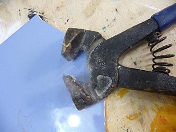 Use a torques normal para cortar o azulejo