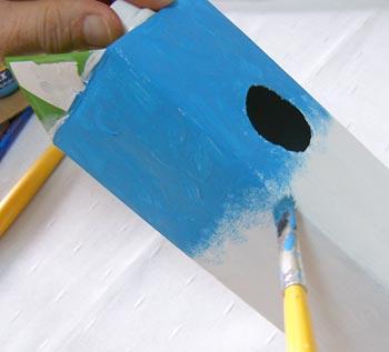 Casa de passarinho reciclada - Pinte o céu da caixa