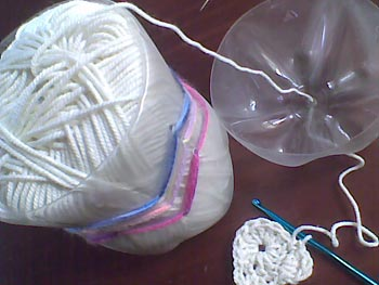 Suporte para novelos de lã feito de garrafa pet