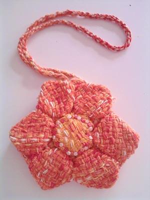 Flor feita com tecido de tear manual