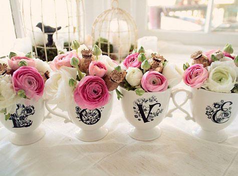 Xícaras avulsas se tornam pequenos vasos de flores coloridas