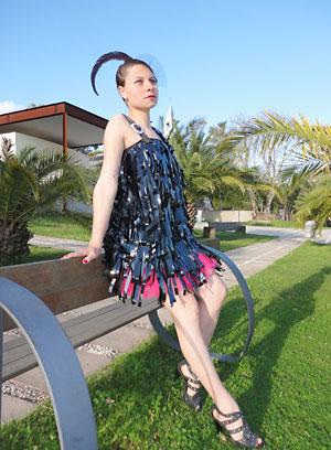 Vestido com reciclagem de fitas VHS por Bruna Bielemann