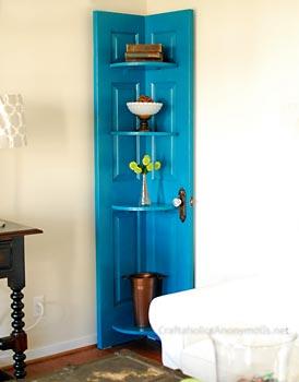 Armário cantoneira feita com uma porta usada
