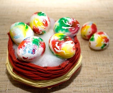 Cesto de páscoa com ovos coloridos
