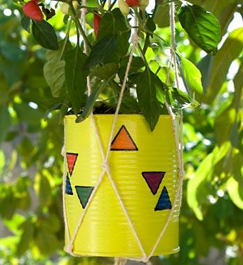 Vaso de lata em suporte de macramê